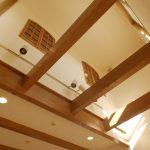 [LDK] 上を見上げると2階の部屋の窓が見える。