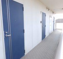 ブルーの玄関扉がいい感じ。