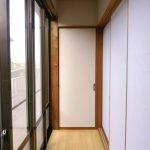 [縁側]和室2間から続く縁側。目の前は隣家です。